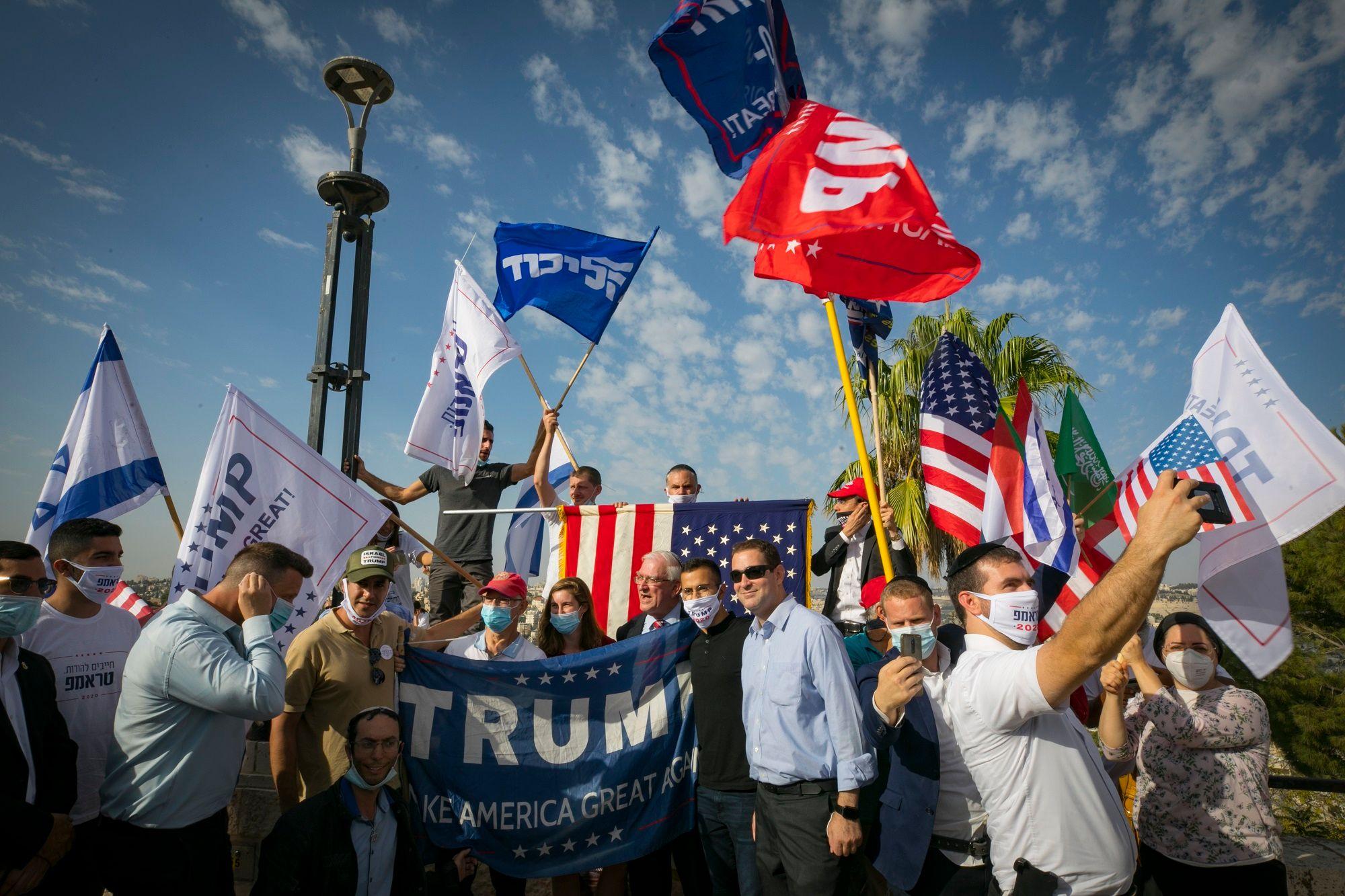 i24NEWS - Israelis hold pro-Trump rally at US embassy in Jerusalem