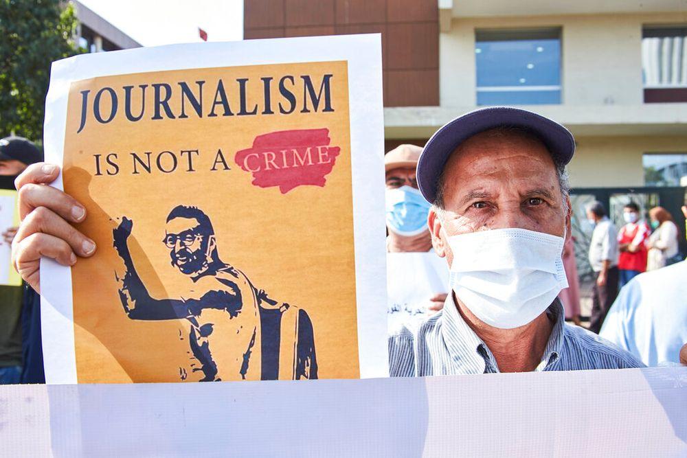أحد أنصار الصحفي عمر الراضي، الذي بحسب منظمة العفو الدولية تم التجسس عليه من قبل الحكومة المغربية باستخدام بيغاسوس ، خارج محكمة الدار البيضاء ، المغرب ، 22 سبتمبر / أيلول 2020.