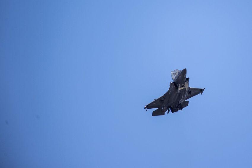 Un avion de chasse F-35 survole la Maison Blanche le 12 juin 2019 à Washington DC.
