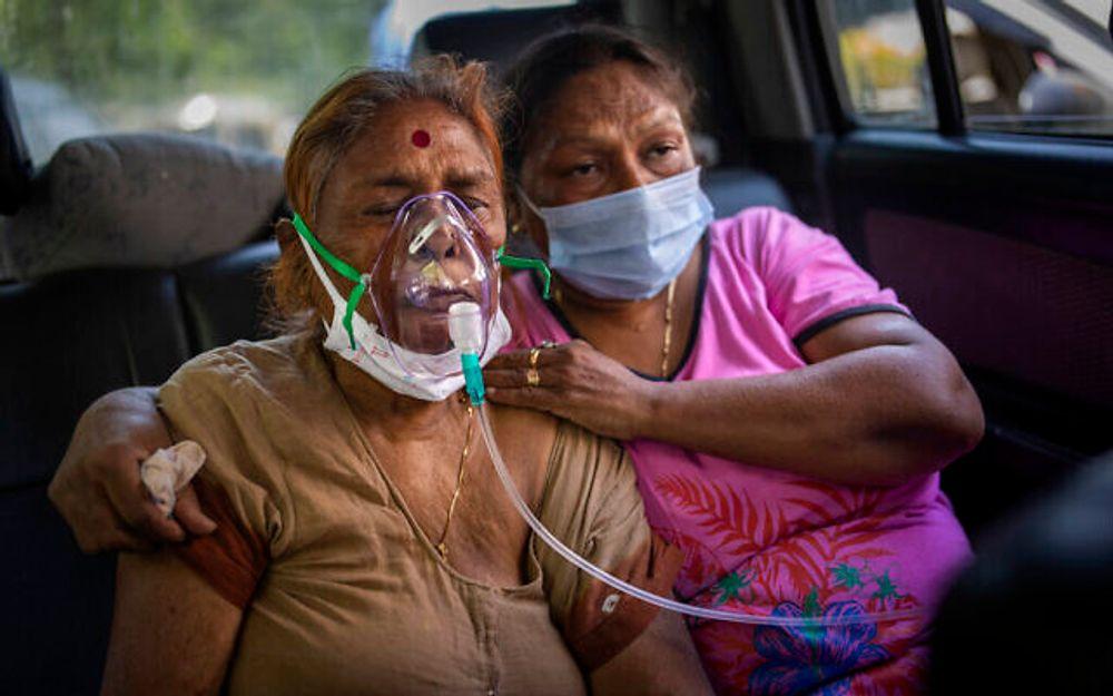 Un patient COVID-19 à l'intérieur d'une voiture, reçoit de l'oxygène fourni par un Gurdwara, un lieu de culte sikh, à New Delhi, en Inde. 24 avril 2021.