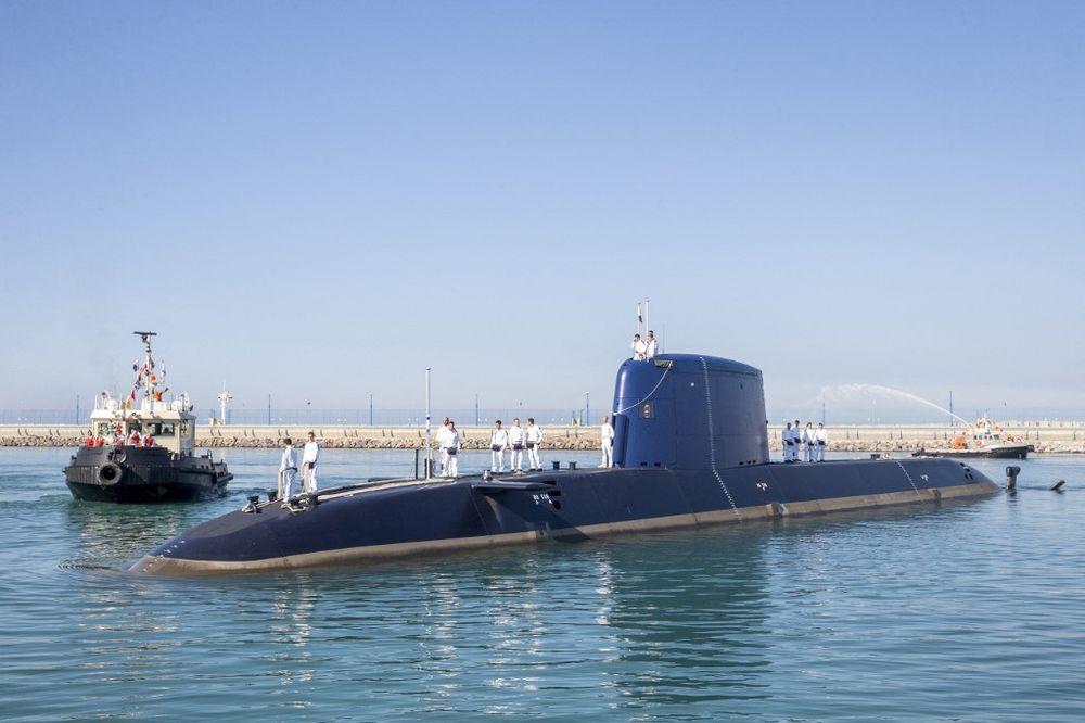 غواصة INS Rahav الألمانية الصنع ، وهي خامس غواصة تابعة للبحرية الإسرائيلية ، تصل إلى ميناء حيفا العسكري في 12 يناير ، 2016.