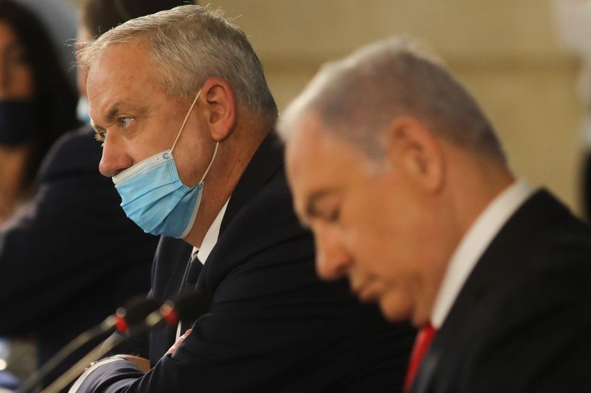 O primeiro-ministro de Israel Benjamin Netanyahu (à direita) e o primeiro-ministro suplente e ministro da Defesa, Benny Gantz, participam da reunião semanal do gabinete em Jerusalém, em 7 de junho de 2020.