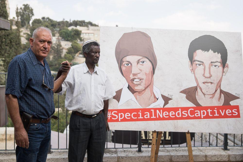 Les familles d'Avera Avraham Mengistu et Hisham al-Sayed lors d'une conférence de presse appelant à la libération des deux citoyens israéliens détenus par le Hamas, le 6 septembre 2018