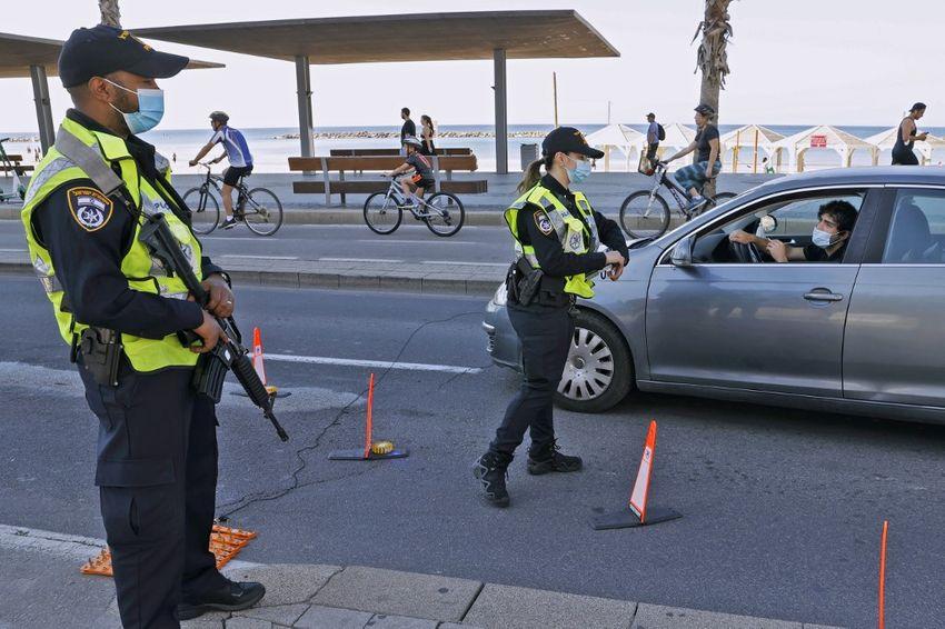 Illustration - Des policiers israéliens à un checkpoint de Tel-Aviv, le 8 janvier 2021.