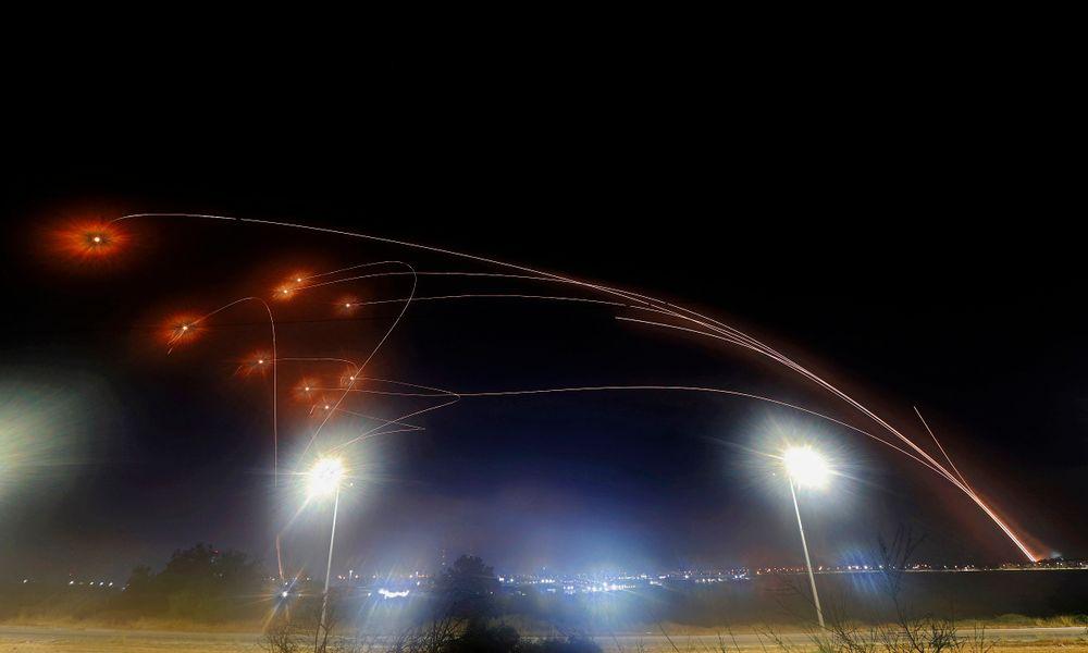 Le système de défense aérienne israélien Iron Dome intercepte les roquettes tirées depuis Gaza, contrôlée par le mouvement islamiste palestinien Hamas, au-dessus de la ville d'Ashkelon, dans le sud d'Israël, le 10 mai 2021