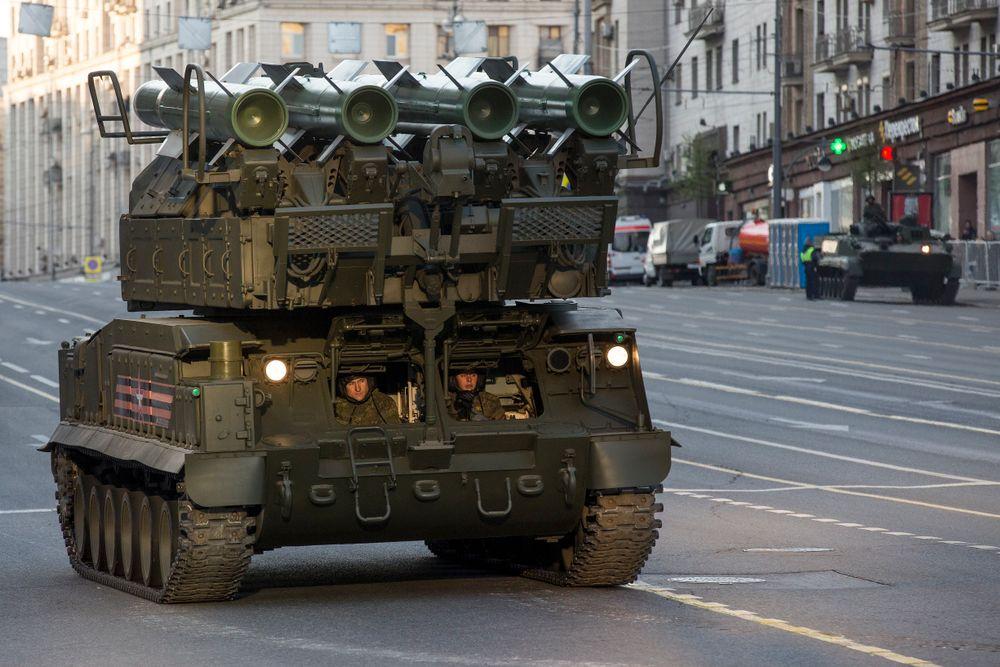 Le système de défense aérienne Buk-M2 lors d'une répétition du défilé militaire du Jour de la Victoire à Moscou le 5 mai 2016
