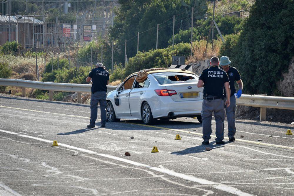 A polícia inspeciona a cena onde Yousef e Noel Jerushi foram mortos a tiros junto com sua filha de 16 anos, perto da cidade de Ailabun, em 26 de junho de 2021.