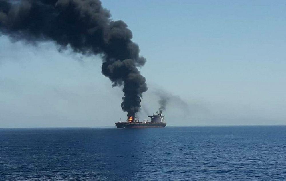 صورة حصلت عليها وكالة فرانس برس من التلفزيون الإيراني الحكومي في 13 يونيو 2019 تظهر حريقًا ودخانًا يتصاعد من ناقلة تعرضت للهجوم قبالة سواحل عمان