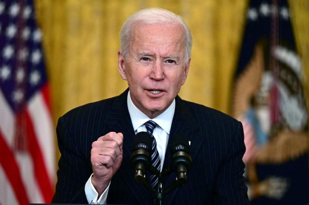 Le président américain Joe Biden s'entretient avec des journalistes lors de la première conférence de presse de sa présidence dans la East Room de la Maison Blanche le 25 mars 2021 à Washington, DC.