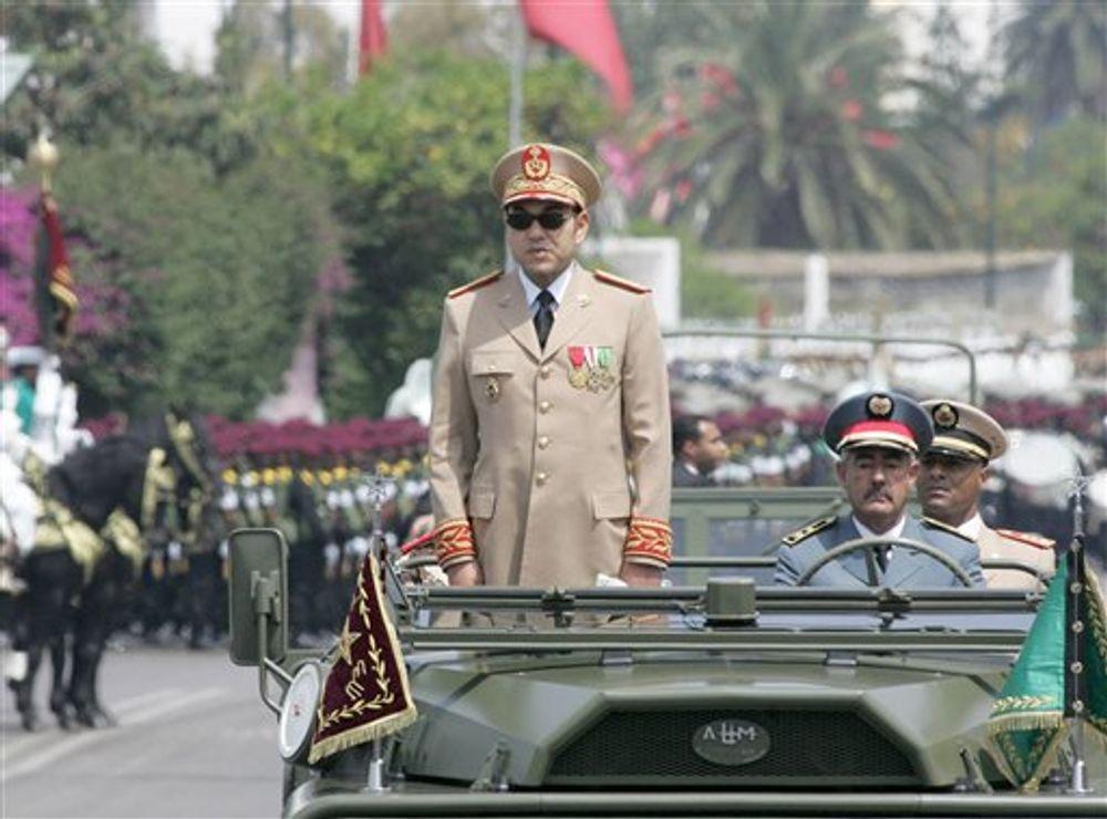 العاهل المغربي الملك محمد السادس يستعرض كتيبة من الجيش الملكي بالرباط ، الأحد 14 مايو 2006 ، للاحتفال بالذكرى الخمسين لتأسيس القوات المسلحة الملكية المغربية.