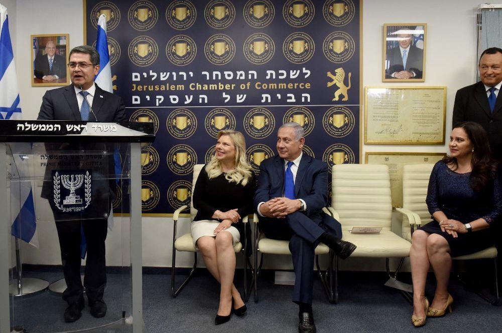 رئيس هندوراس خوان أورلاندو هرنانديز (يسار) يتحدث خلال حفل افتتاح مكتب تجاري  لهندوراس في القدس ،
