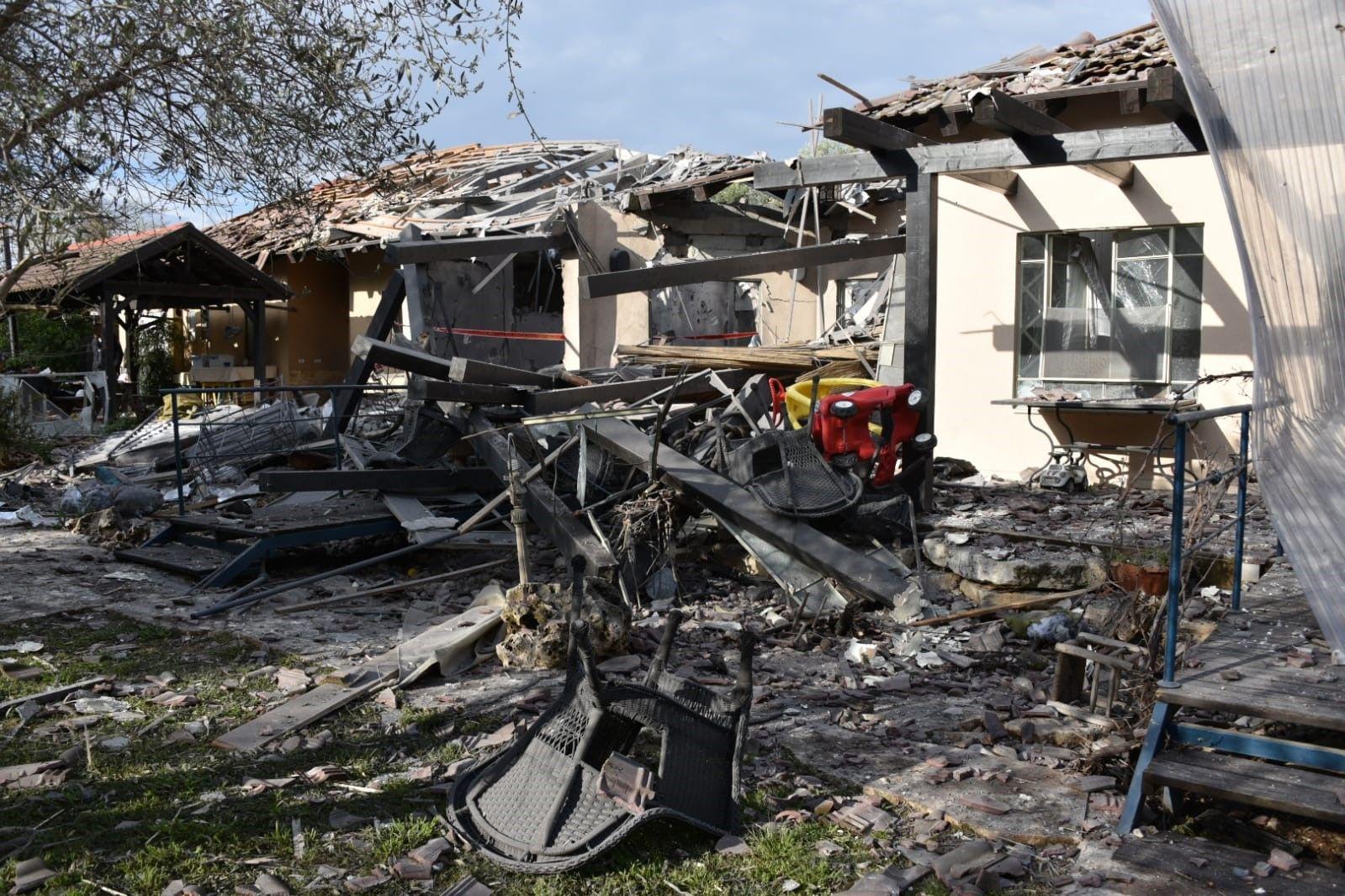 Les dégâts causés à une maison de Mishmeret, dans le nord de Tel Aviv, après l'envoi d'une roquette depuis Gaza, le 25 mars 2019