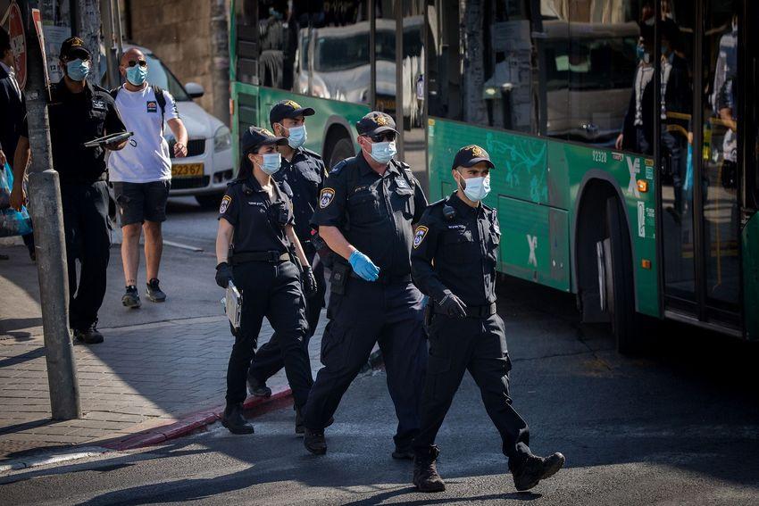 Policiais patrulham o bairro ultraortodoxo de Meah Shearim, Jerusalém, 6 de julho de 2020