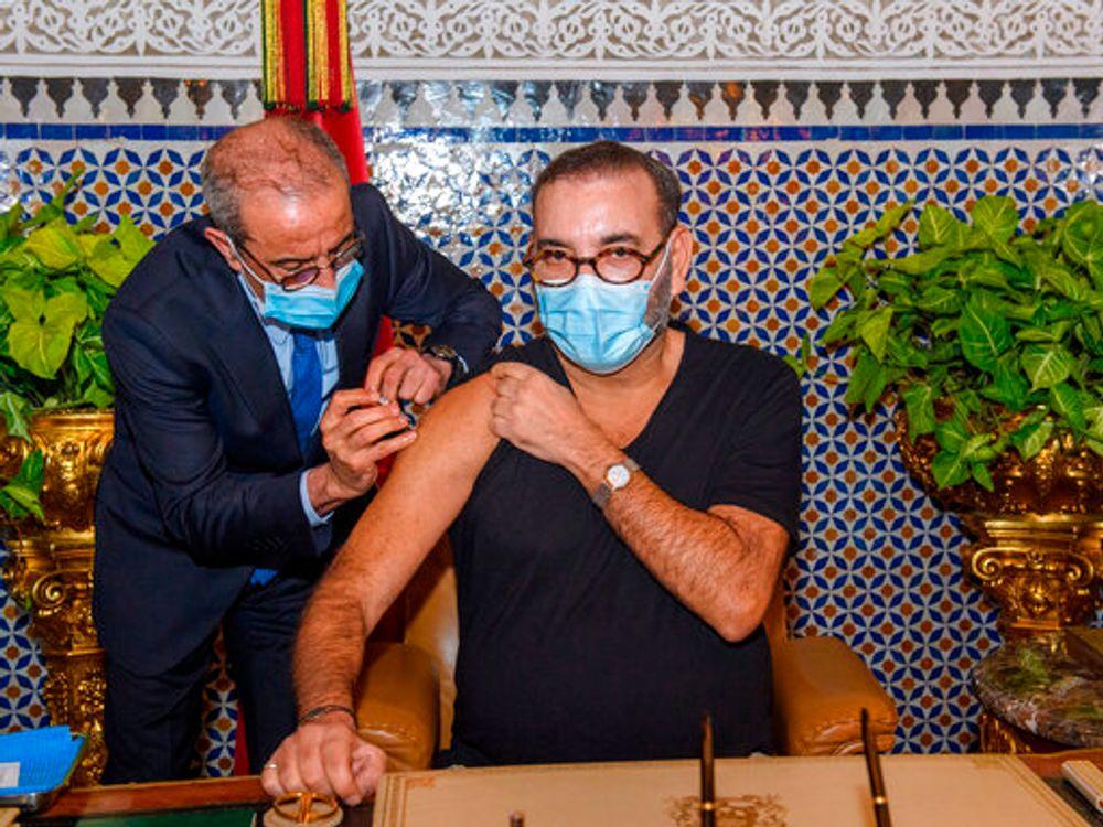 العاهل المغربي الملك محمد السادس  يتلقى لقاح COVID-19 في القصر الملكي بفاس ، حيث يطلق حملة بلاده للتلقيح ضد فيروس كورونا ، الخميس 28 يناير 2021.