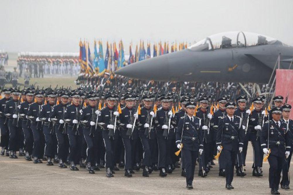 جنود من جيش كوريا الجنوبية يشاركون في الذكرى الـ 71 ليوم القوات المسلحة في القاعدة الجوية العسكرية في دايجو في 1 أكتوبر 2019.