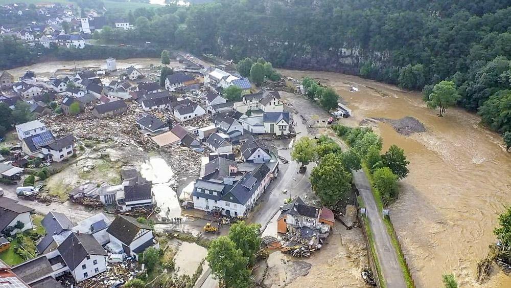 Des centaines de pompiers sont mobilisés ce jeudi en Allemagne pour secourir les habitants de plusieurs localités sinistrées. Ici, le village de Schuld est encore sous les eaux.