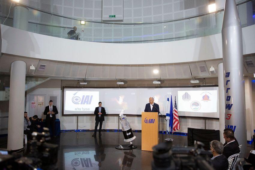 O primeiro-ministro de Israel, Benjamin Netanyahu, discursa na planta da Divisão de MLM das Indústrias Aeroespaciais de Israel (IAI) em Be'er Ya'akov, Israel, 22 de janeiro de 2019